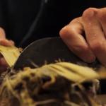 atelier papetier – fabrication papier artisanal – fabrication papier japonais – fabrication washi – papier japonais – washi – grattage kozo – écorce kozo – kozo – artisan papetier
