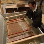 Va et vient du cadre dans la pâte de Kozo-atelier papetier-papier Japonais-papier artisanal-washi